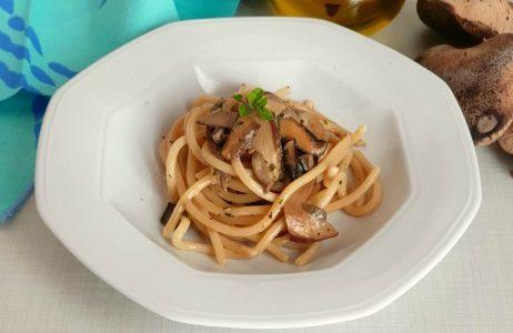 Spaghettoni cremosi ai due funghi