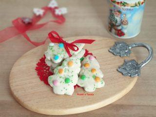 Biscotti di Natale alle mandorle e glassa
