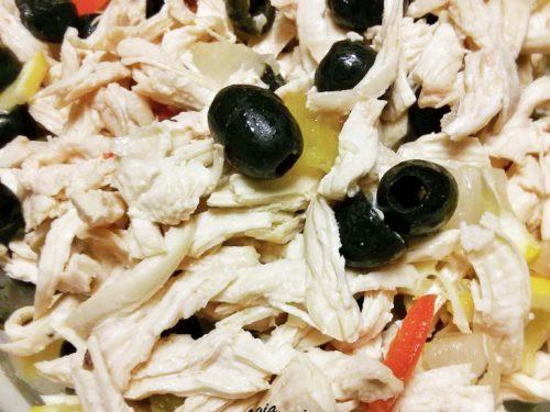 Insalata di pollo con verdure sott'aceto