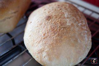 Pane semplice con lievito madre appena sfornato