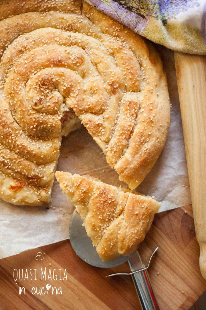 torta-salata-spirale-ripiena-con-prosciutto-cotto-e-scamorza_v