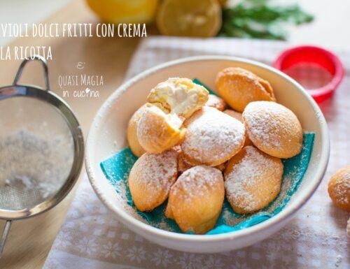 Ravioli dolci fritti con crema alla ricotta