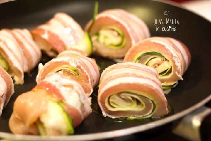 Involtini di pollo in padella con pancetta e zucchine