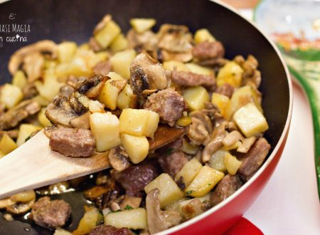 Salsiccia funghi e patate in padella