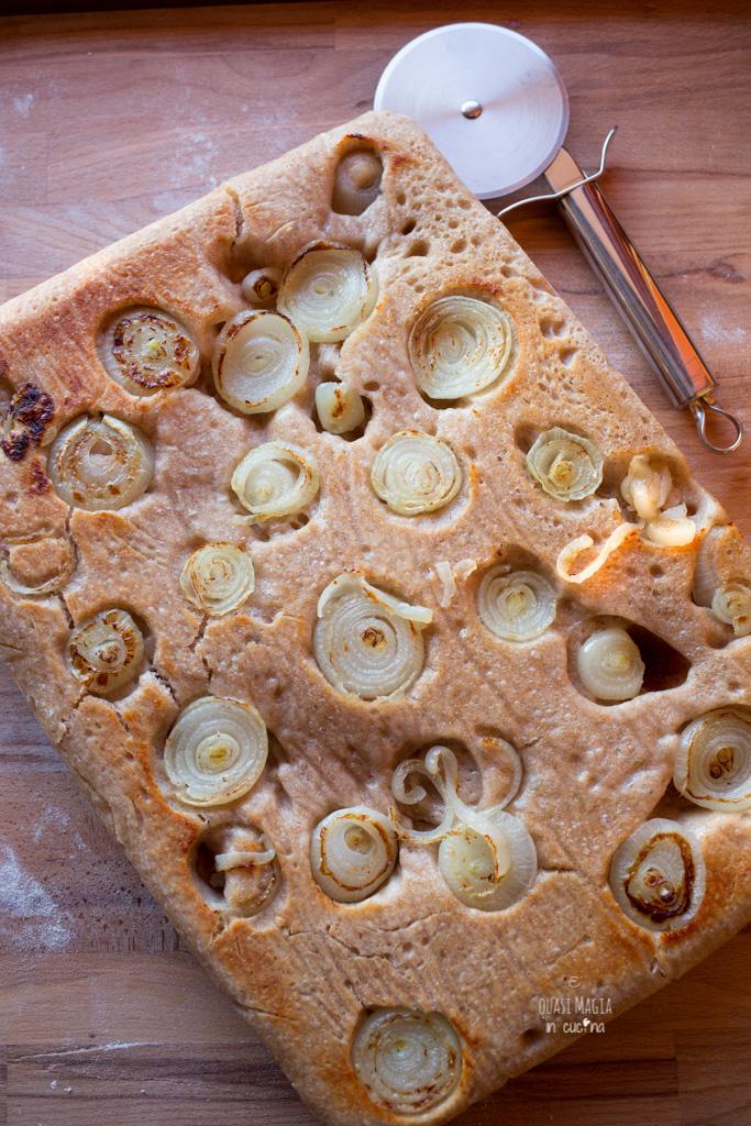 Focaccia rovesciata alle cipolle con impasto semi integrale con lievito madre