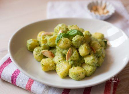 Gnocchi con pesto di zucchine e mandorle tostate