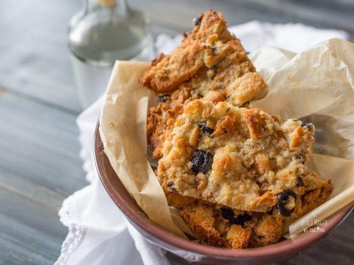 Crostini croccanti alle olive con pane raffermo