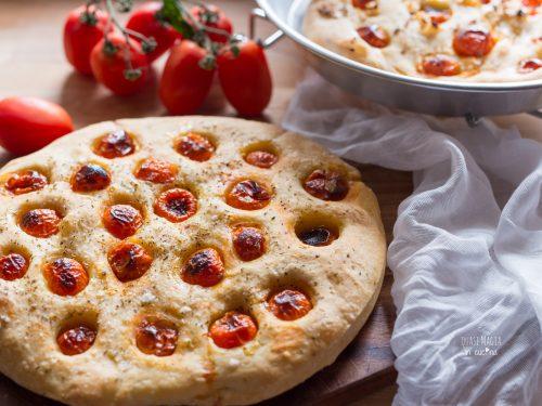 Focaccia alta con pomodorini e origano