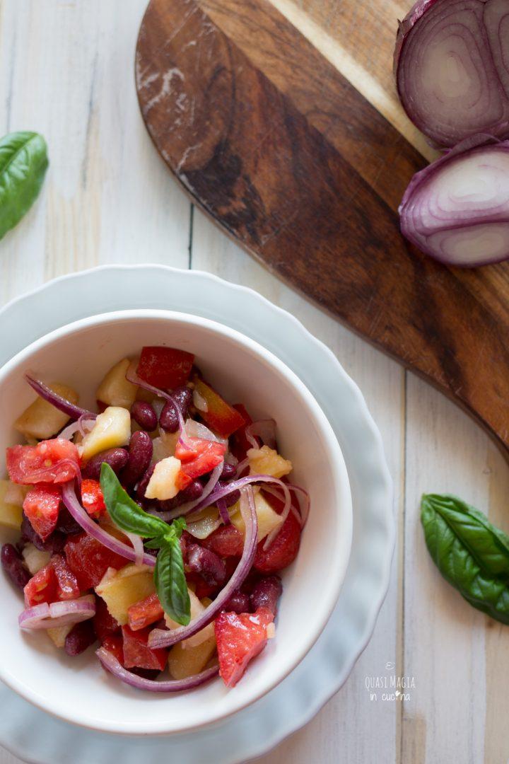 Insalata di patate pomodori cipolla e fagioli, insalata di patate fredda per l'estate, insalata di patate veloce con pomodori e cipolla.