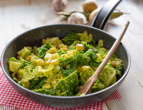 Verza e patate in padella, contorno veloce