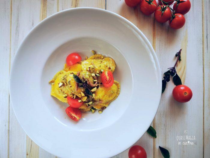 Pasta con pesto di pistacchi speck e pachino