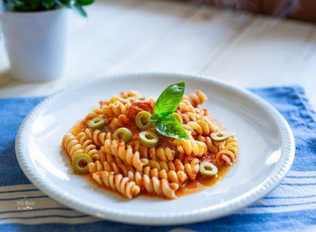 Pasta al pomodoro olive e basilico