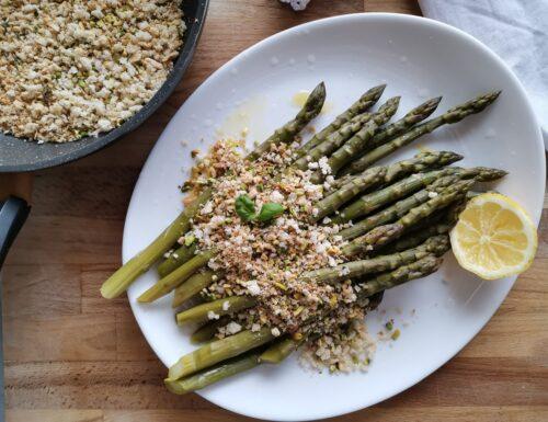 Asparagi con briciole di pane tostate e pistacchi (ricetta veloce)