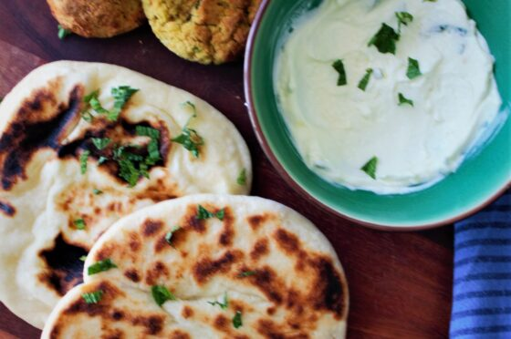 Pane naan allo yogurt in padella