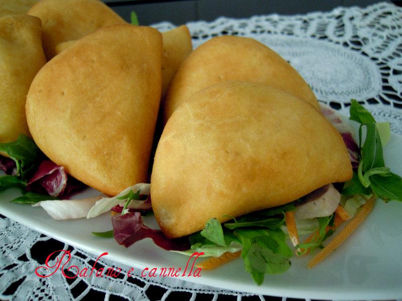 Panzerottini fritti per buffet - Tavole apparecchiate per buffet ...