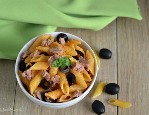 Pasta al pesto rosso, tonno e olive