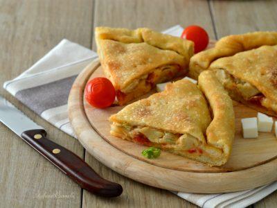 focaccia ripiena con mozzarella, pomodoro e carciofini