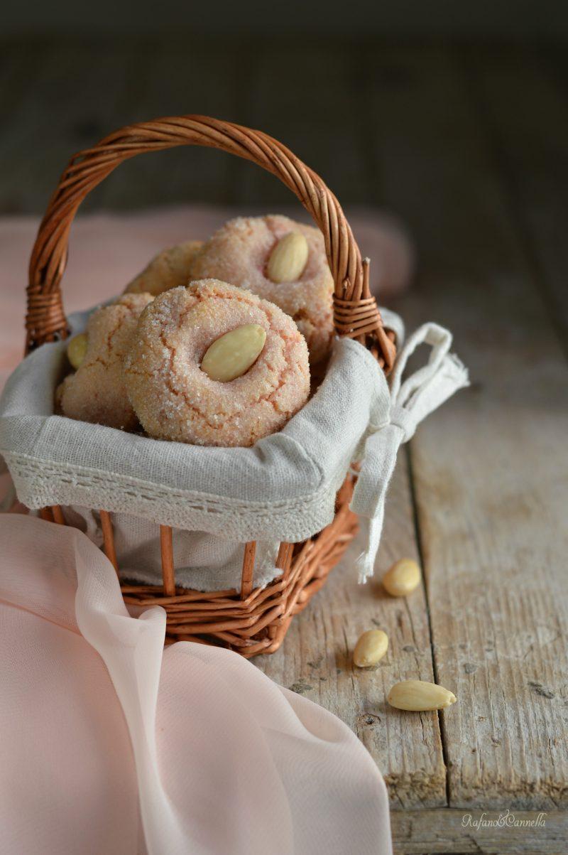 dolcetti ale mandorle e confettura di ciliegie