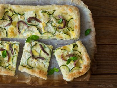 Sfogliata con mozzarella, zucchine e acciughe