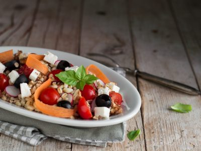 orzo con lenticchie, verdure e feta