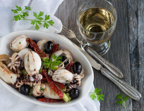 Antipasto di mare con seppioline, olive e pomodori secchi