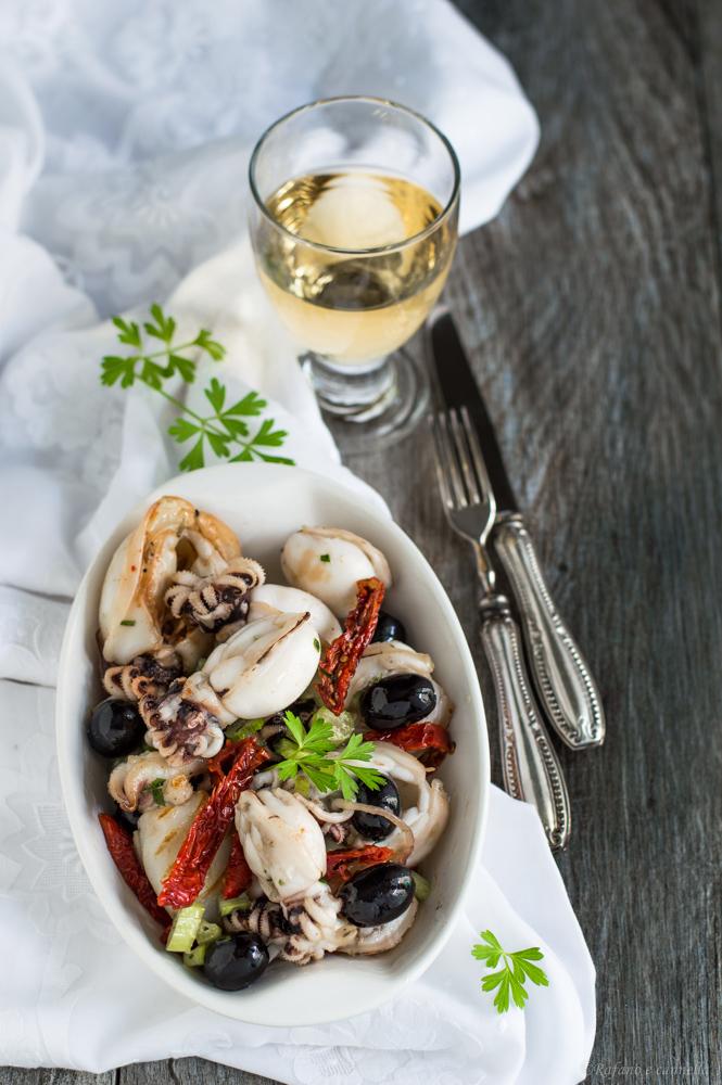 antipasto di mare con seppioline olive e pomodori secchi