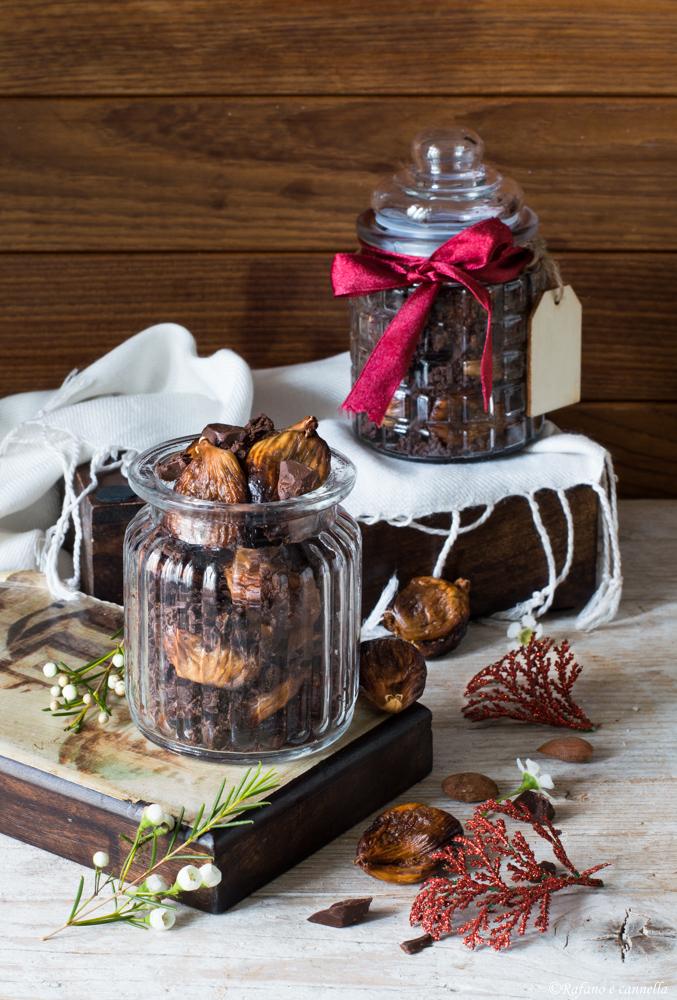 Fichi al forno con mandorle e cioccolato