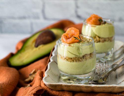 Mousse di avocado con salmone e noci