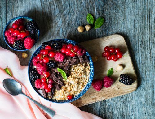 Porridge ai frutti di bosco e nocciole
