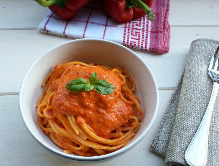 Pasta con salsa ai peperoni rossi