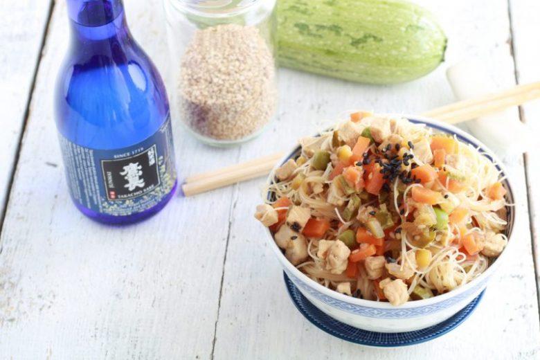 Spaghetti di riso con verdure e tacchino