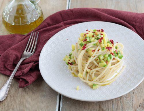Spaghetti con zucchine croccanti al basilico