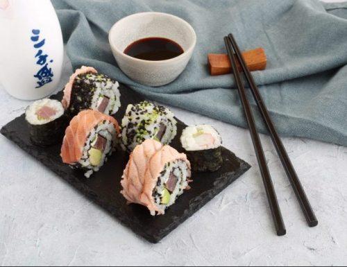 Sushi maki salmone tonno o gamberi e avocado