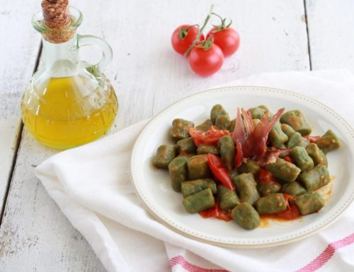 Gnocchetti verdi con pomodorini e speck