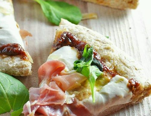 Pizza con rucola, prosciutto crudo e scaglie