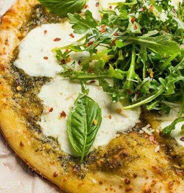 Pizza al pesto e pancetta