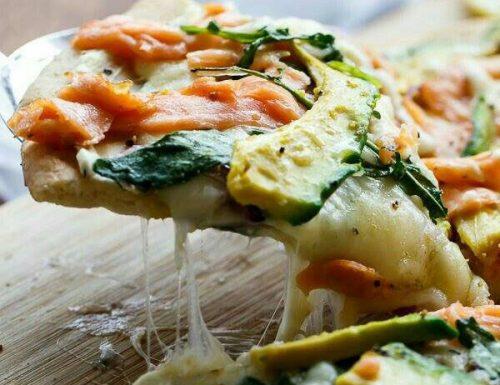 Pizza al salmone e avocado