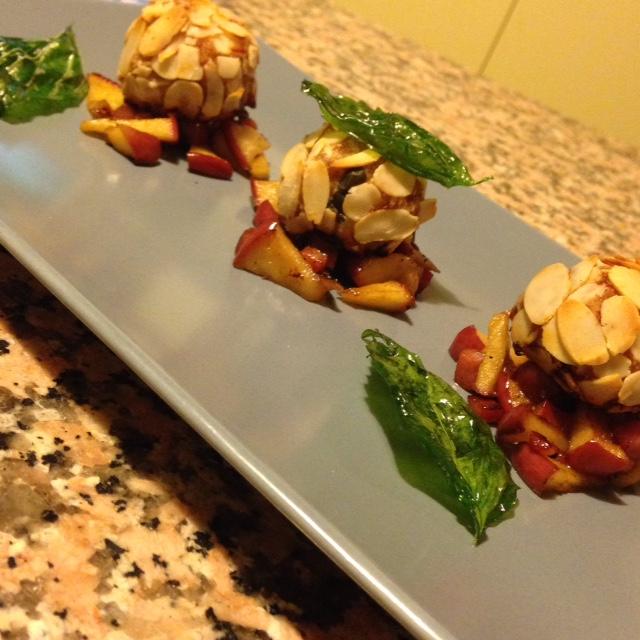 POLPETTE DI MAIALE con mandorle su speck croccante e mele caramellate