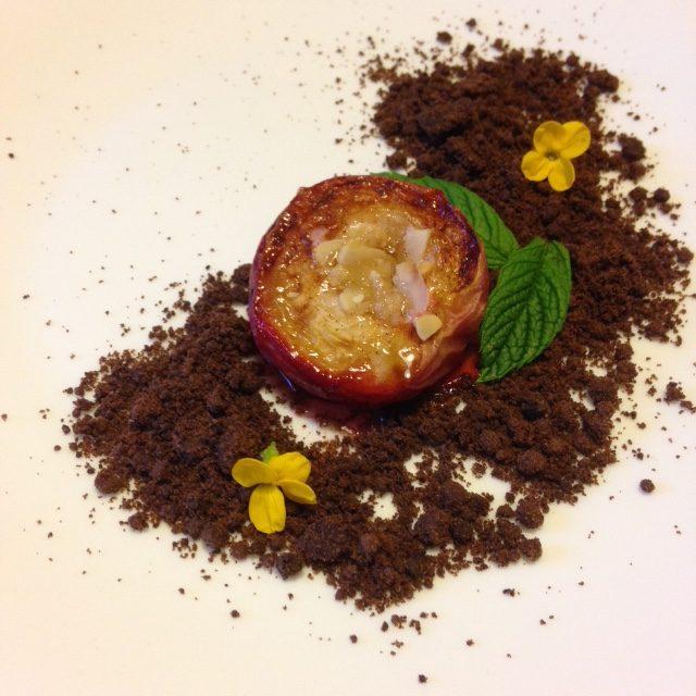 PESCA CARAMELLATA AL FORNO con rum, mandorle e cannella su terra di cacao