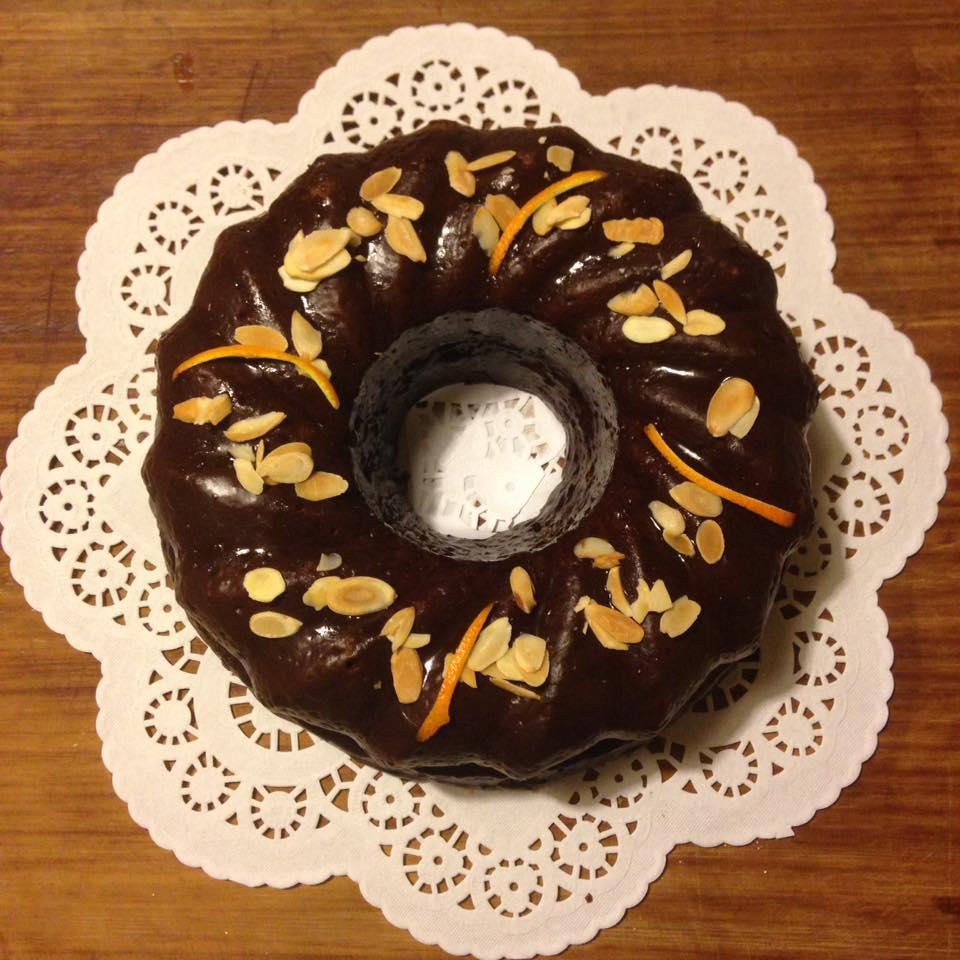 BUNDT CAKE ALLE CAROTE CON MANDORLE TOSTATE, ARANCIA E GLASSA AL CACAO