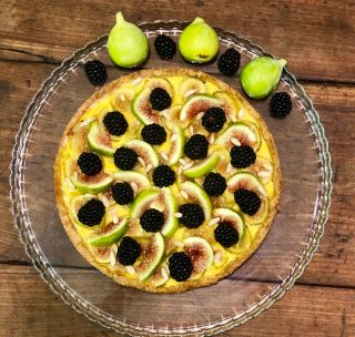 La crostata di fichi, pinoli e more è una torta di fine estate,