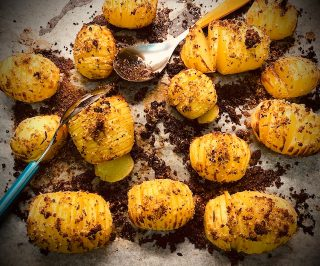 Patate al forno con aromi e nocciole