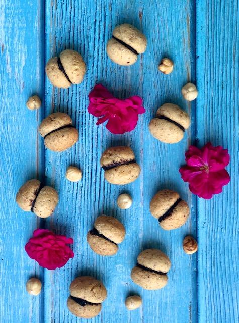 I baci di dama con mandorle, nocciole e crema di cioccolato