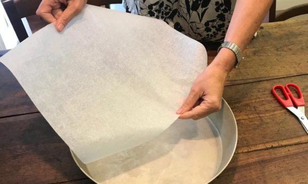Come tagliare la carta forno per le teglie rotonde