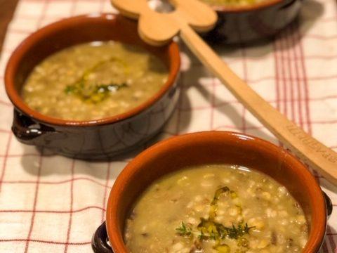 Zuppa di orzo e legumi aromatizzata ai funghi