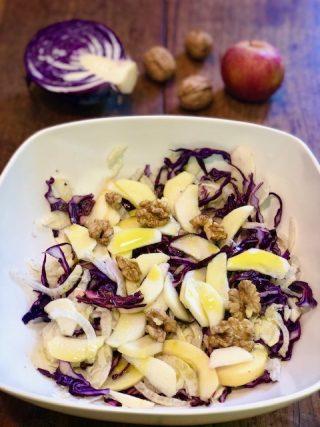 Insalata di cavolo viola, finocchi, mele e noci