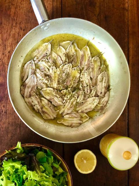 Acciughe in padella con origano e limone