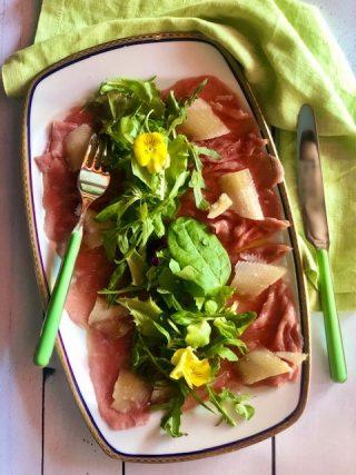 Carpaccio di manzo con scaglie di parmigiano e insalatina di stagione