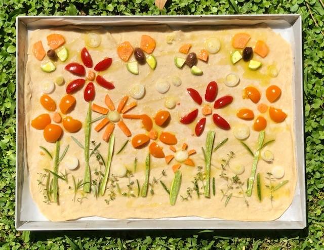 Focaccia secca decorata con verdure