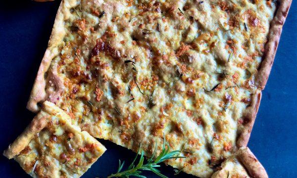 Focaccia con zucca, formaggio e rosmarino